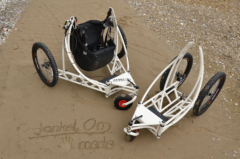 flying wheelchairs im Sand